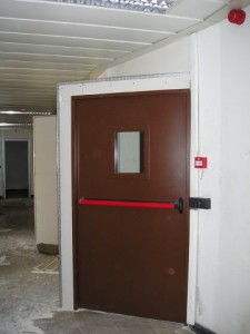 Porta tagliafuoco con oblò su parete in cartongesso