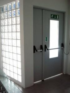 Porta multiuso a due ante serratura elettrica